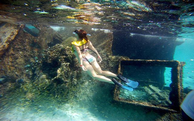 Algunos tours incluyen snorkel en un barco hundido