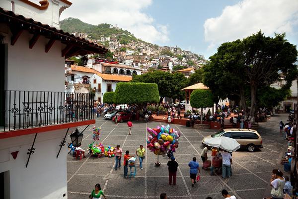 Recorre las calles empedradas de Taxco.