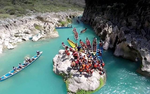 Tour a Cascada de Tamul y Cueva de Agua, iniciarás a bordo de una canoa