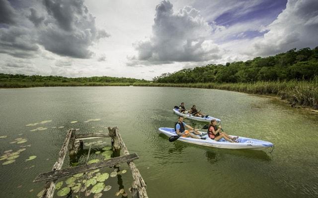 Tour a Cobá y Comunidad Maya con Actividades Extremas, si lo tuyo es el kayak esto es para ti