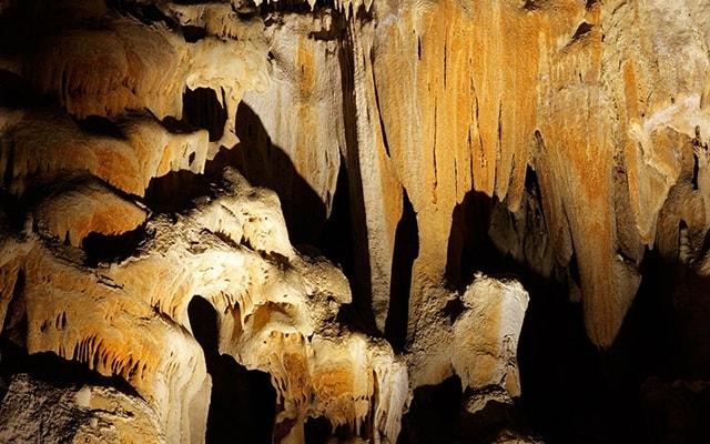 Tour a Grutas Xtacumbilxunaan y Edzná, admira las formaciones rocosas