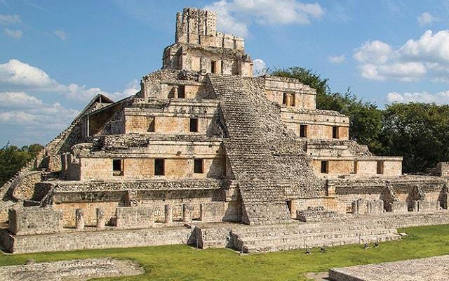 Tour a Grutas Xtacumbilxunaan y Edzná, esta zona conserva aún varias edificaciones