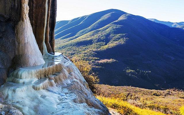 Tour a Hierve el Agua y Fábrica de Mezcal, cascadas formadas por el agua carbonatada que cae de manantiales