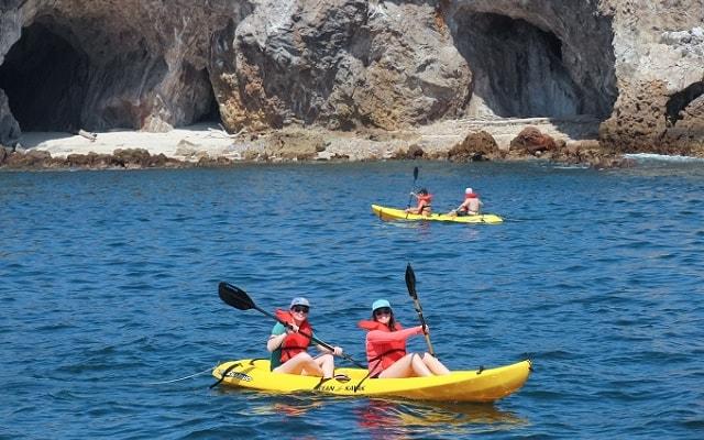 Tour a Islas Marietas en Catamarán con Música, o si prefieres en un kayak