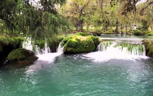 Tour a Tamasopo y Puente de Dios, tendrás un espectáculo natural en las pozas con agua azul turquesa