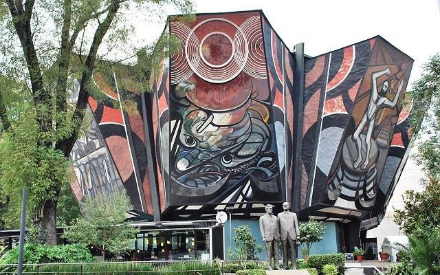 Tour a Xochimilco, Ciudad Universitaria y Coyoacán, admira diferentes monumentos y lugares emblemáticos de la Ciudad