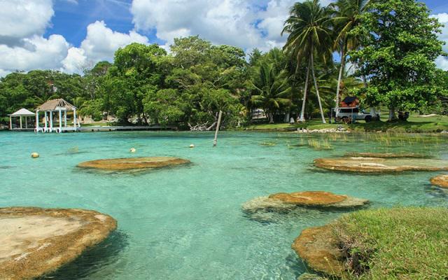 Laguna de Bacalar famosa por sus siete colores