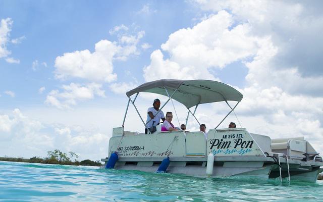 A bordo de una embarcación conocerás la Laguna de Bacalar