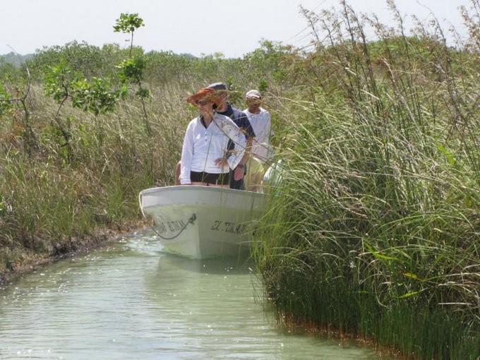 Navega por un canal hecho por los mayas
