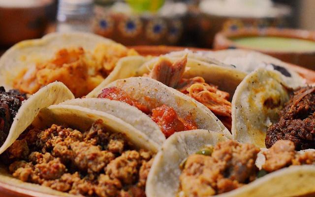 Tour Gastronómico por la Ciudad de México, tacos de guisados un imperdible de Tacos y Mezcal