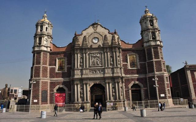 Dentro del atrio de la Basílica podrás observar otras capillas y templos
