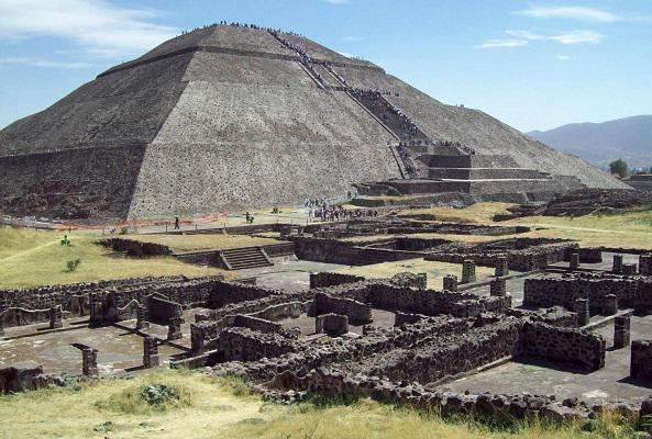 Pirámides de Teotihuacán y Basílica de Guadalupe en Ciudad de México
