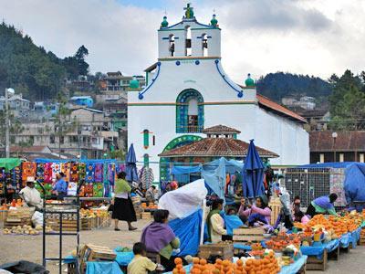 Mercado de artesanías en la plaza principal - Tour San Juan Chamula y Zinacantán