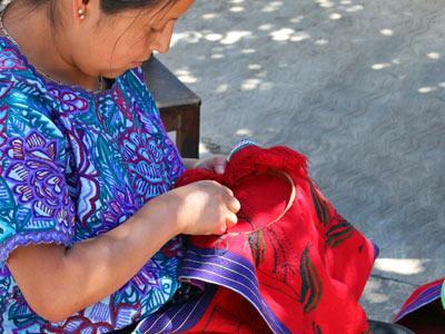 Mujer Tzotzil tejiendo - Tour San Juan Chamula y Zinacantán