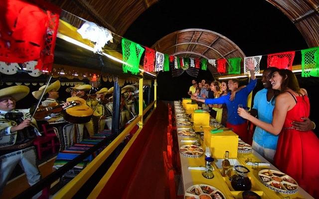 Tour Xoximilco Cancún, demuestra tus habilidades de baile