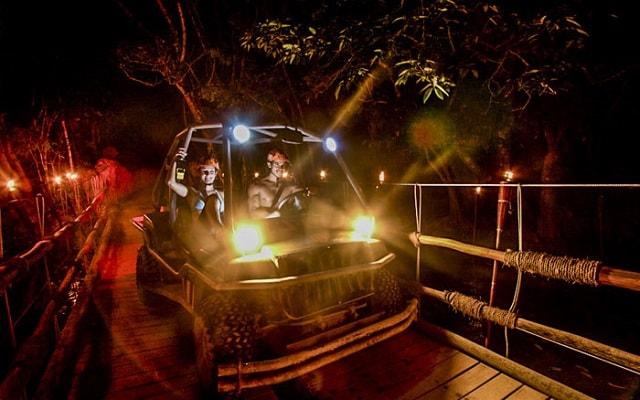 Xplor Fuego, maneja un vehículo anfibio a través de la selva iluminada por antorchas