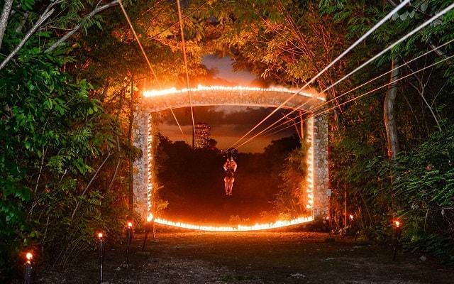 Xplor Fuego, vuela sobre la jungla al caer el sol