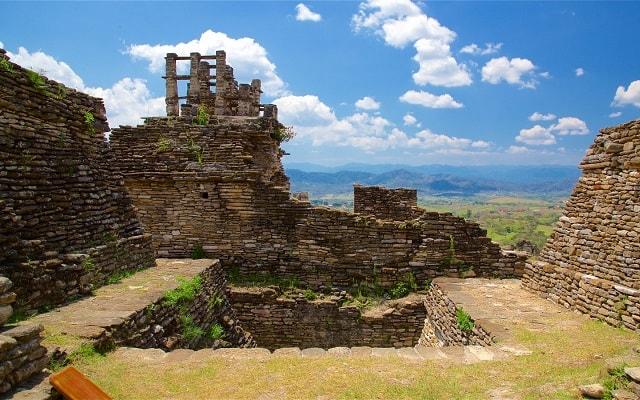 Zona Arqueológica de Toniná - Cascada el Corralito, la Z.A. destaca por conservar un laberinto y largas escalinatas
